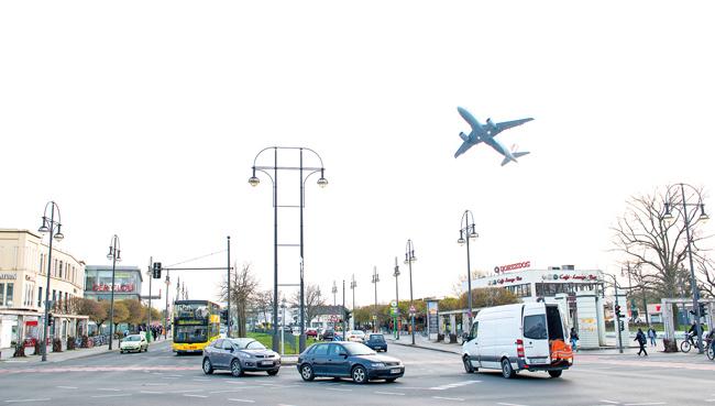 Startendes Flugzeug über dem Kurt-Schumacher-Platz