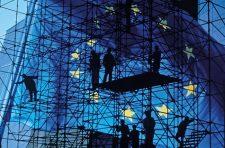 Personen auf Baugerüst vor Europafahne