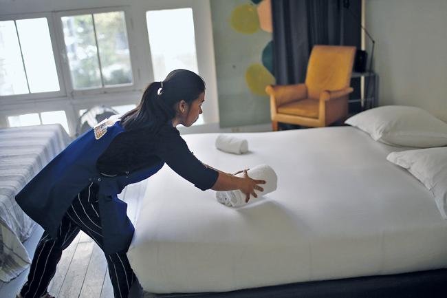 Servicekraft beim Bettenmachen