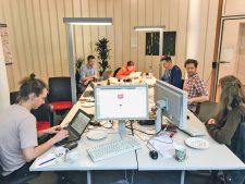 Rechercheteam an ihrem Bildschirmarbeitsplatz