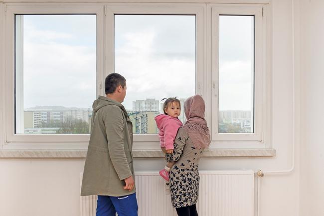 Familie bei der Wohnungsbesichtigung