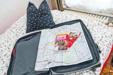 Gästebett, Koffer und Berlin-Reiseführer