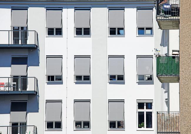 Fensterfront mit zum Teil geschlossenen Jalousien