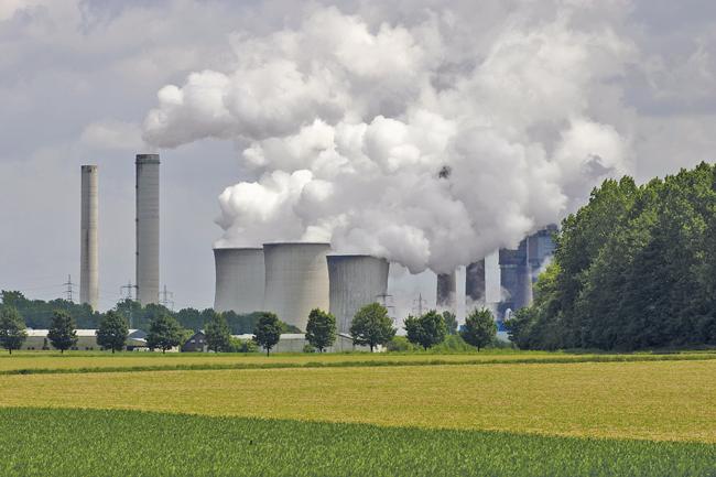 Kohlekraftwerk mit Kühltürmen