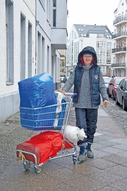 Wohnungslose mit Hab und Gut im Einkaufswagen