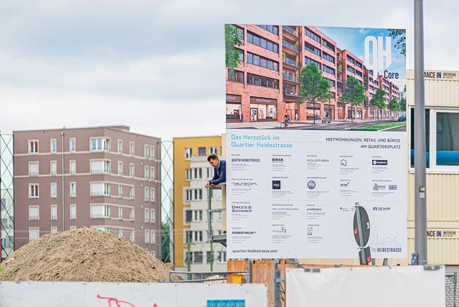 Immobilienplakat vor Neubauten