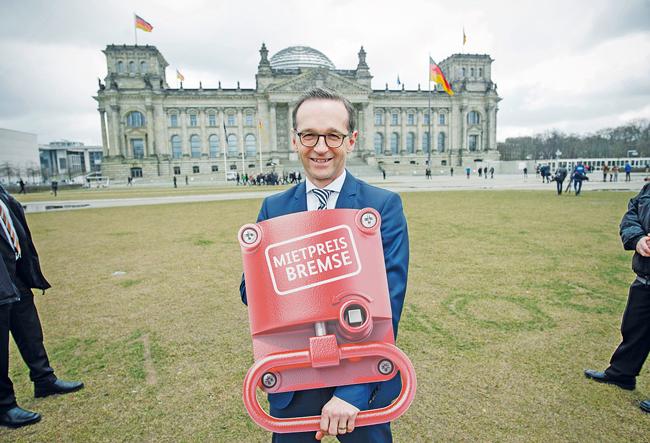 Der damalige Bundesjustizminister Heiko Maas mit symbolischer Mietpreisbremse
