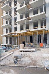 Baustelle mit Wohnungs-Rohbau