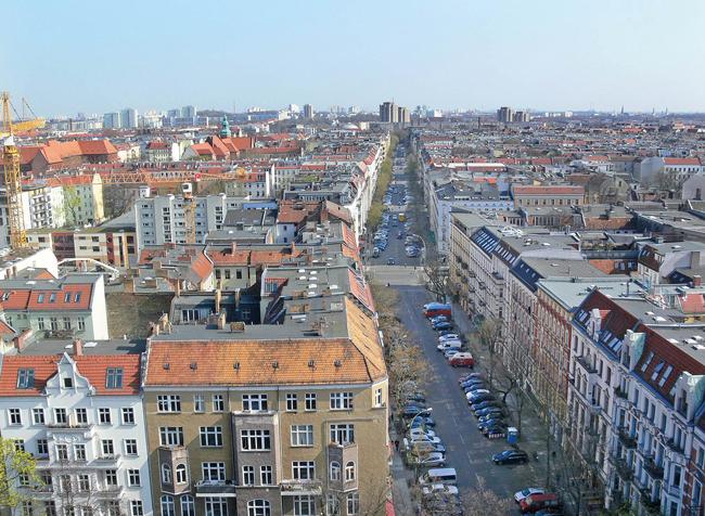 Luftbild: Straßenzug mit Mietshäusern