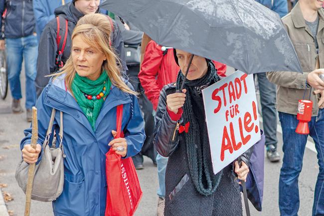 Demonstranten mit Plakat ,Stadt für Alle'