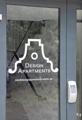 Eingangstür mit Beschriftung ,Design-Apartments'
