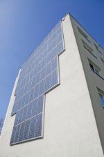 Solarpanel an der Hochhausfassade