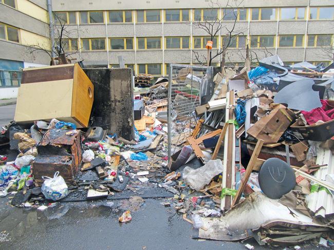 Müll auf dem Grundstück Hafenplatz 6