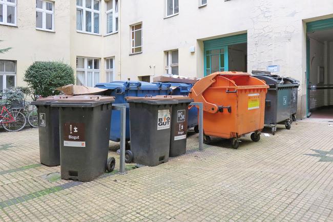 Mülltonnen-Ansammlung im Hof