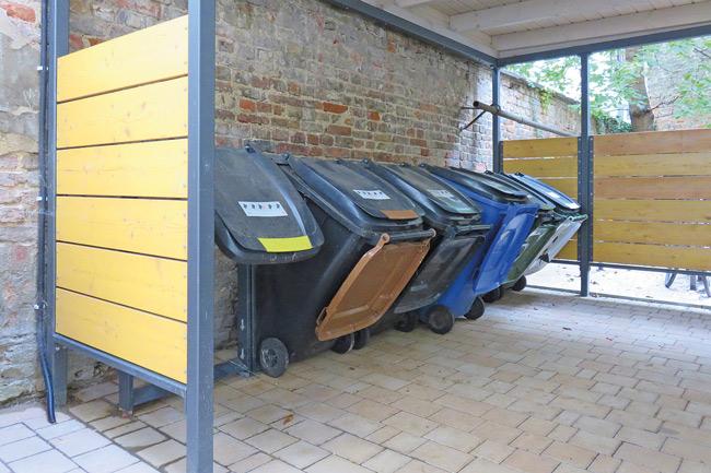 Festverankerte, geneigte Müllbehälter