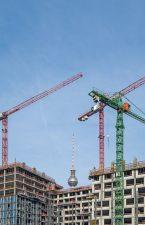 Baukräne und Rohbauten, Fernsehturm im Hintergrund
