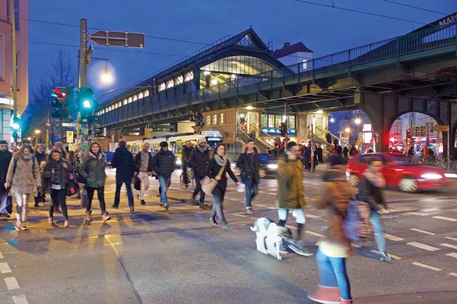 Fußgänger, im Hintergrund der U-Bahnhof
