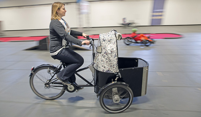 Frau unterwegs mit Lastenrad