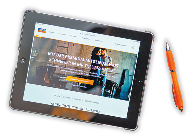 Tablet mit ImmobilienScout24-Internetseite