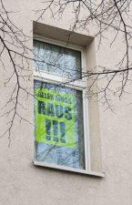 Plakat im Fenster: ,Alles muss raus!!!'