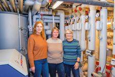 Christine Rudolf und Genossinnen vor dem neuen Blockheizkraftwerk