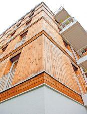 Das sechsgeschossige Wohnhaus aus Holz in der Lynarstraße