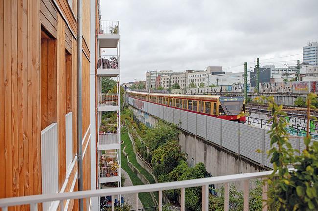 Blick vom Balkon auf Bahn und Lärmschutzwand