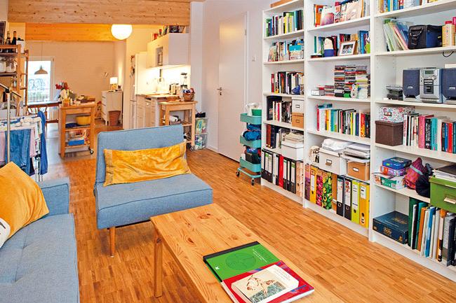 Sitzecke vor Bücherwand