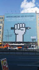 Werbebanner über der gesamten Fassade