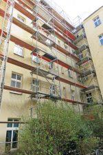 Eingerüstete Hinterhof-Fassade
