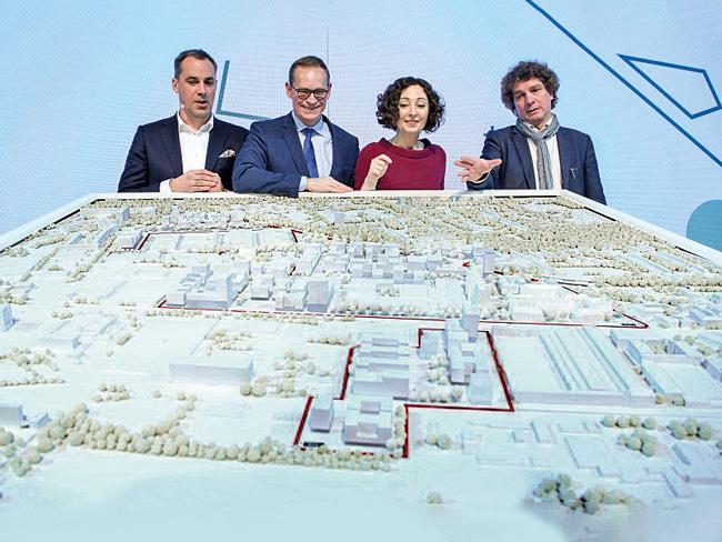 Politiker und Planer am Modell für Siemensstadt 2.0