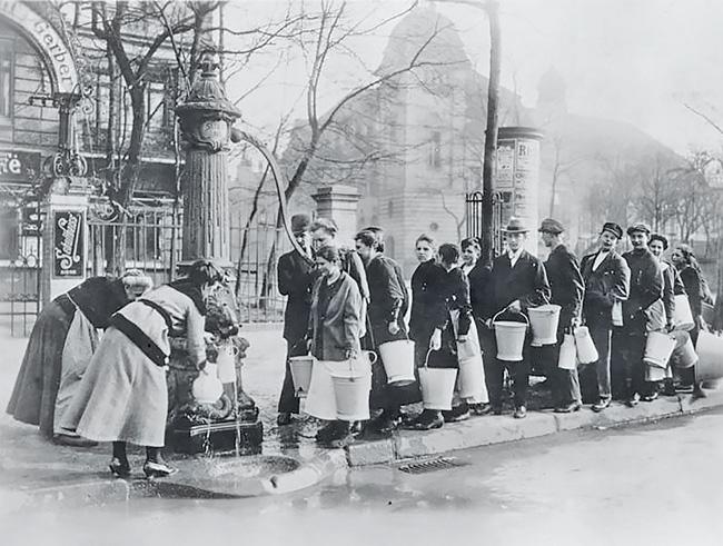 1920: Menschenschlange an der Pumpe