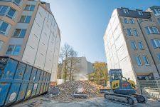 Baulücke und Bauschutt nach Abriss des Hauses