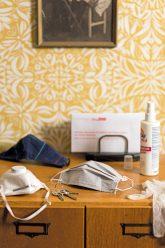 Schutzmasken und Desinfektionsspray