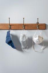 Schutzmasken am Kleiderhaken