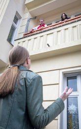 Gespräch auf Abstand von der Straße zum Balkon