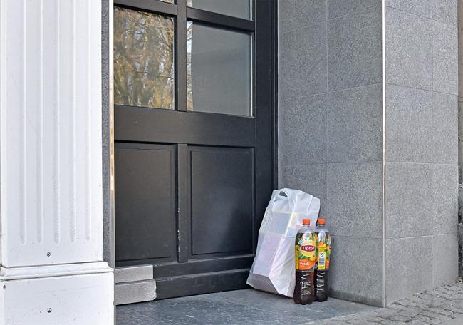 Einkaufstüte vor der Eingangstür