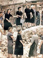 ,Trümmerfrauen' bei Aufräumarbeiten