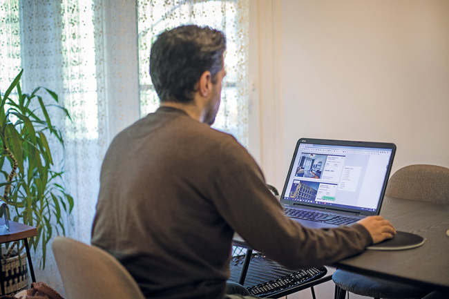 Sichten von Wohnungsangeboten am Laptop