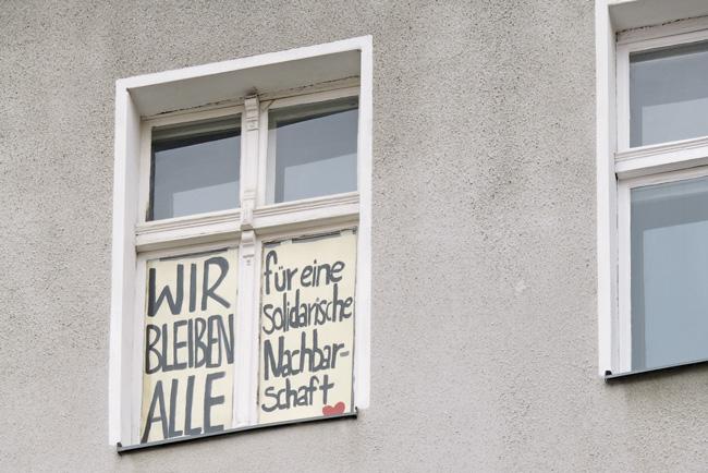 Fenster mit Protestplakat