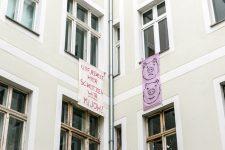 Protestplakate an den Fenstern