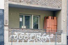Balkon mit Baumaterial