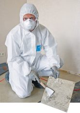 Handwerker beim Entfernen von Vinyl-Asbest-Platten