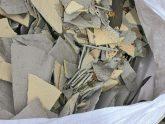 Ausgebaute Asbestplatten zur Entsorgung