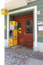 Geldautomat im Hauseingang