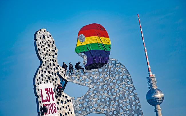 Protest der Liebigstraßen-Unterstützer auf dem ,Molecule Man'