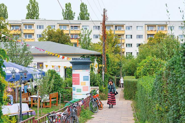 Kleingarten-Vereinsheim, im Hintergrund Wohnbebauung