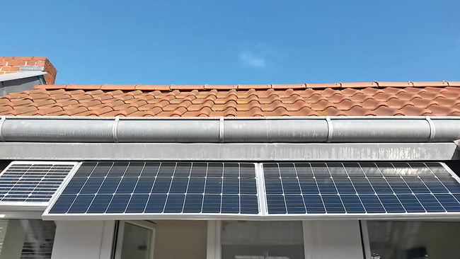 Fotovoltaikpaneel am Dachüberstand