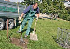 Arbeiter bei Grünflächenchenreparatur