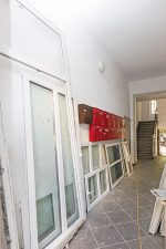 Ausgebaute Fensterrahmen im Hausflur